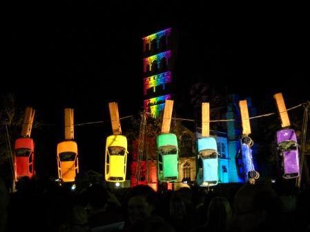 Kunst-Spektakel: Aufgehängte Autos am Domplatz von Münster
