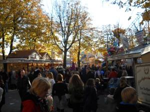 Bei sonnigem Herbstwetter drängten sich die Menschen zwischen den Buden.