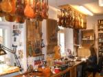 In der Geigenbauer-Werkstatt am Regensburger Haidplatz hängt ein Himmel voller Geigen.