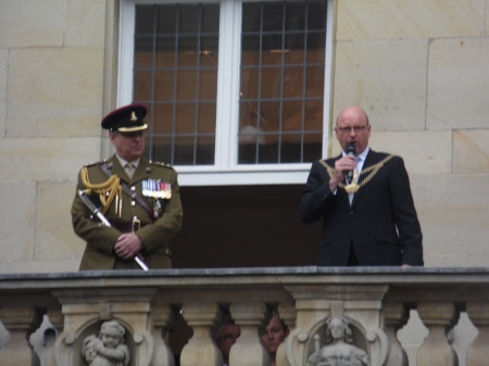 Prinz Andrew in Uniform lauscht Oberbürgermeister Markus Lewe.
