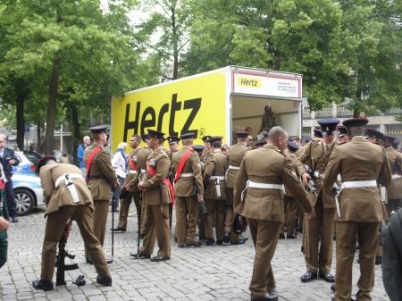 """Die Briten packen ein, es geht ins UK oder """"andere Teile der Welt"""", wie Prinz Andrew ankündigte."""
