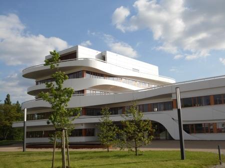 Dieses Firmenzentrale auf dem Kasernengelände  erheilt 2013 einen Architekturpreis.