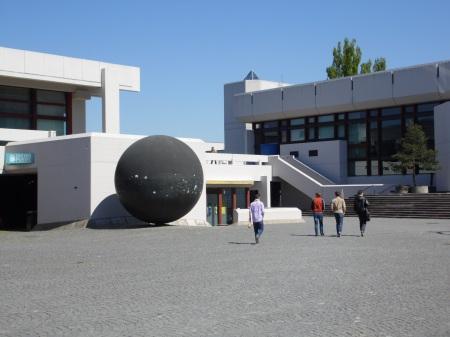 Die Kugel - der zentrale Treffpunkt der Uni Regensburg.